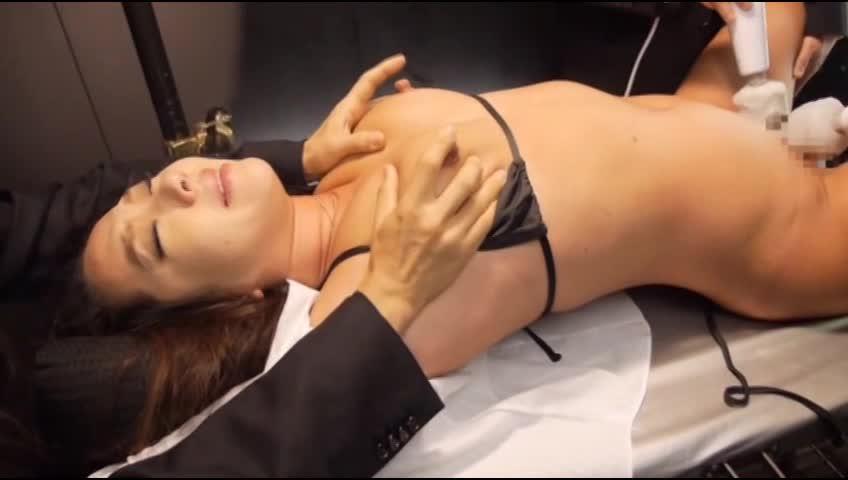 診察台に寝かされ仰向け拘束された熟女、電マと指で性器を刺激され連続アクメでイカされ続ける
