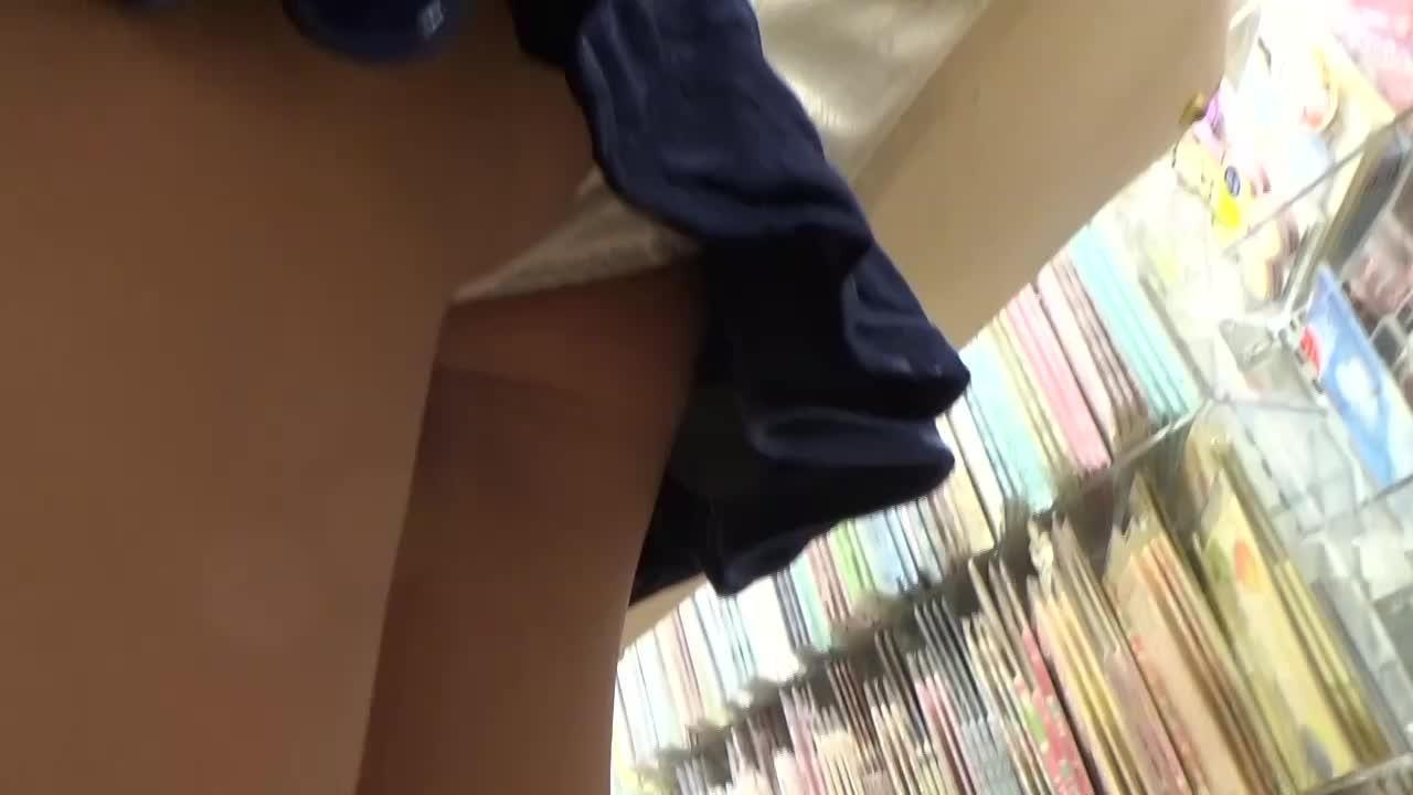店内でミニスカギャルを恐る恐るスカートめくりパンチラ盗撮